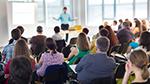 Ein Sprecher hält einen Vortrag vor einem Publikum