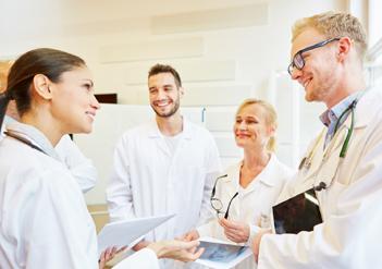 Junges Ärzteteam bespricht Zusammenarbeit | © Robert Kneschke/stock.adobe.com