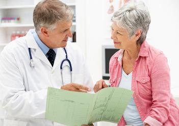 Arzt unterhält sich mit einer älteren Frau