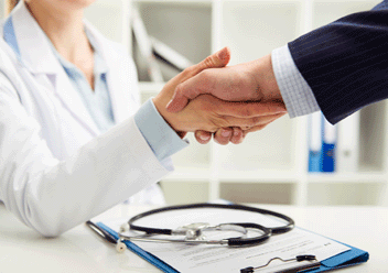 Händeschütteln zwischen einer Ärztin und einem Geschäftsmann  | © Stasique/Fotolia.com