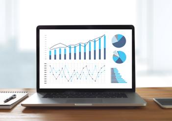 Laptop auf Tisch zeigt statistische Daten | © adiruch na chiangmai/stock.adobe.com